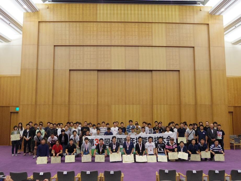全国青年技能競技大会は「四方転び踏み台」を共通課題に、//大工技術のレベルを競う大会です。//第33回大会は2017年9月19日〜21日、//名古屋国際会議場で開催され、全建総連傘下の建設組合36県連から//80人の選手が出場しました。//東京建築カレッジ卒業生の入賞は以下の通り。/金賞・氏平 達也さん[11期生、東京土建 江戸川支部]/入賞・柴田 輝実さん[13期生、東京土建 村山大和支部]/入賞・千葉 幸大さん[10期生、東京土建 小金井国分寺支部]//村山大和支部から参加の柴田さん!入賞おめでとう!!//