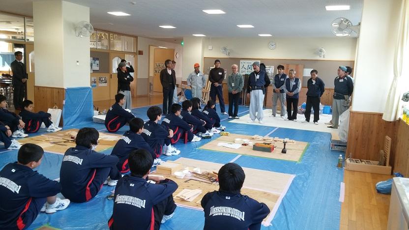 12月16日(土)に武蔵村山市立第一中学校にてチイキチイキフェスティバルが開催されました。3年生19人と教員1人を対象に指導員14人で、道具箱の作成、塗装体験、カンナ削り体験を行いました。生徒の皆さんは道具箱の製作や塗装体験を真剣に取り組む中で、笑顔を見せたりすることもあり、和気あいあいとした雰囲気でした。また、カンナ削り体験はとても人気があり、絶えず生徒さんが体験していました。/