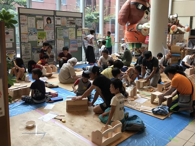 7月29日(日)村山市民総合センターにて、/「第37回武蔵村山子どもまつり」を開催しました。//前日は台風12号が、本州に上陸して大変な荒天でしたが、/当日は、受付時間に多少の雨は降りましたが、/無事に開催することができました。//この取組みは、村山市内の教職員組合や民主団体が子供たちに/「手作り工作を体験して遊びながら友だちを作ろう!」と/言うものです。//東京土建は、木工(40人)・モザイクタイル(19人)/しっくい工作(14人)の73人の子ども達が/参加してくれました。//