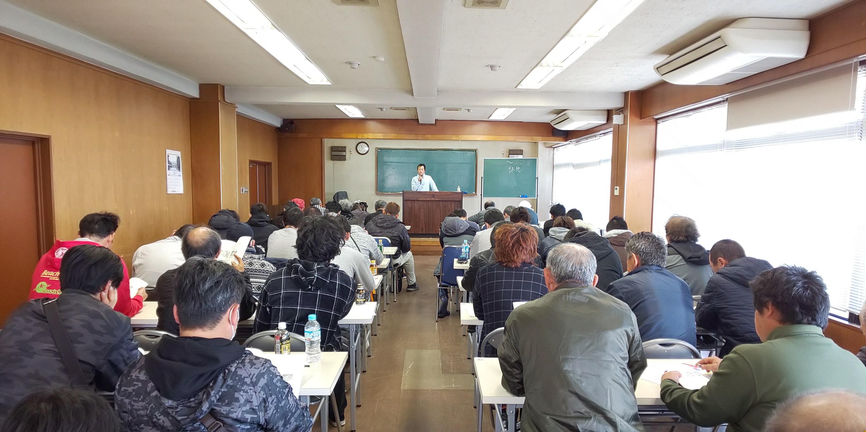 2月24日(日)、東大和市商工会館にて2月1日より労働安全衛生法が改正され着用が義務付けられたて安全帯・フルハーネスの特別教育資格講習会を開催しました。講師は、東京土建村山大和支部の執行委員長と技術対策部長が担当しました。全体44名の参加で、朝9時から夕方4時半分までの講習です。丸一日の長い講習でしたが、自分達や現場で働く仲間の命に関わる内容であるため、全員が真剣に座学・実技ともに受講していました。(技術対策部)