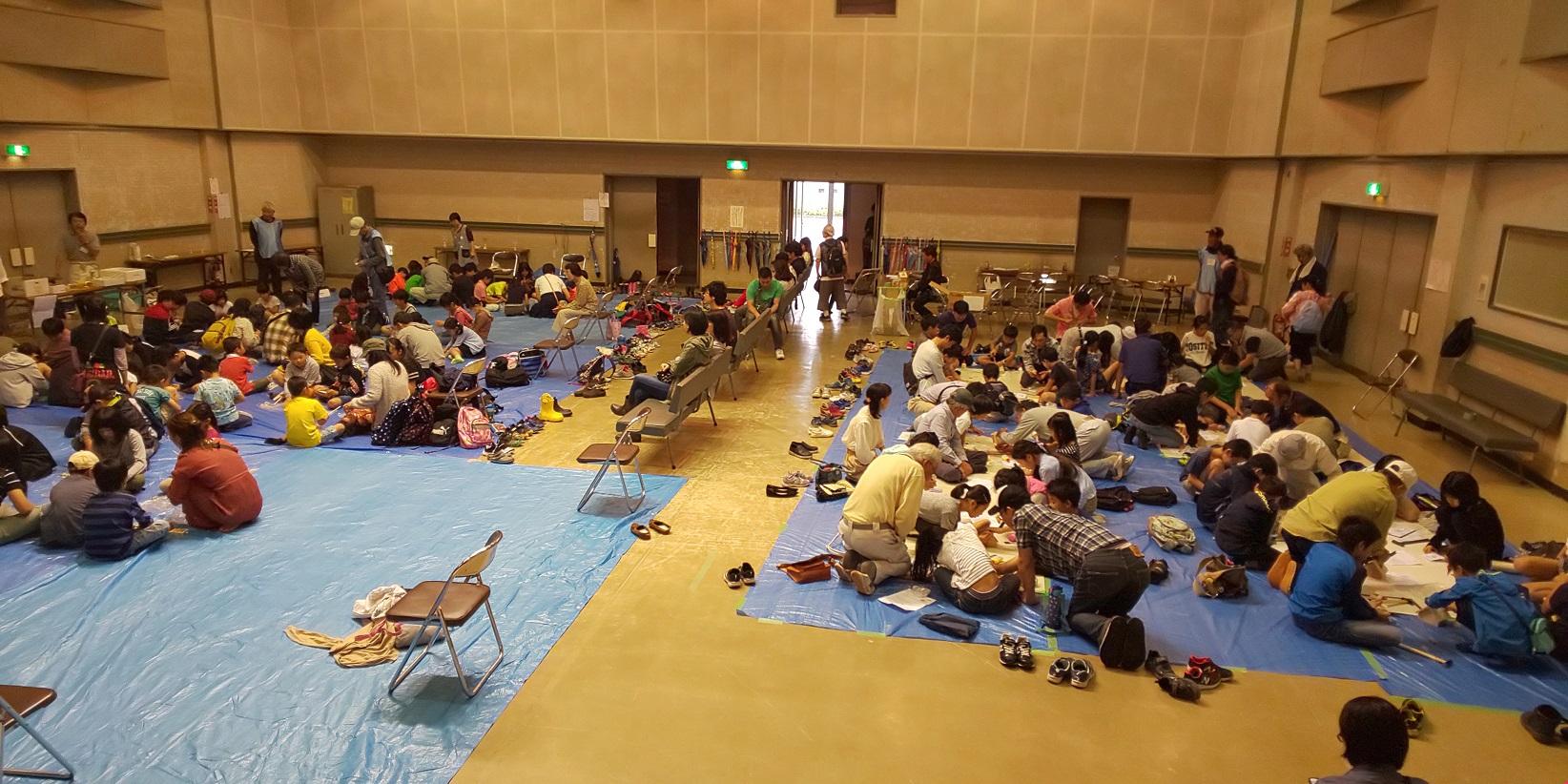 今年も6月9日に開催されました東大和こどもまつりに、多くの小学生が参加してくれました。組合員・役員の総勢14名が指導員として参加、木工教室を行いました。当日は雨天にもかかわらず、受付時間の前から木工教室は行列ができるほどで、参加した子どもは36人、天気に左右されない人気コーナーでした。今年は、「マイホーム貯金箱」をかなづちやドライバーの使い方を楽しく学びながら作成していました。貯金箱の出来栄えに、全員が満足そうな笑顔で自分の作品を持ちかえって行きました。/