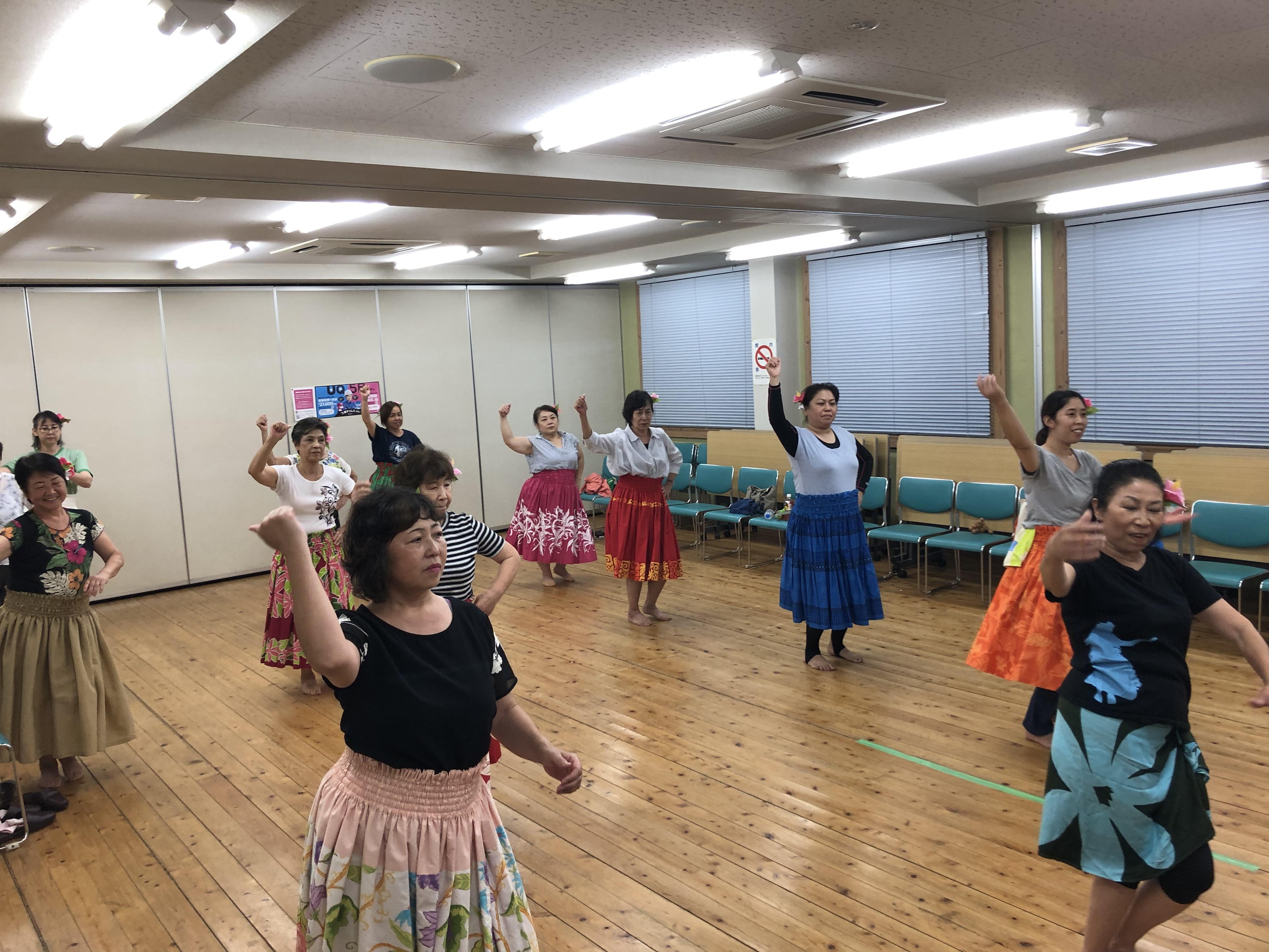 女性の会では夏休みのお楽しみとして、子供も参加できる夏休みフラダンス体験教室を開催しました。普段は3か月くらいかけて1曲を覚え踊るところを、わずか1時間の練習で駆け足で覚えて、みんなで1曲踊ることができました。